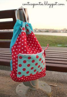 Toalha de praia e mochila