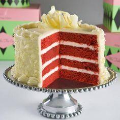 La torta Red Velvet, o terciopelo rojo, es un ponqué de chocolate dividido en capas y el cual destaca por ser de color rojo o vinotinto cubierto por crema batida blanca