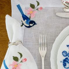 Theodora Home, Embroidery Fashion, Dinner Napkins, Table Linens, Doilies, Embroidery Stitches, Dinnerware, Flower Arrangements, Table Settings