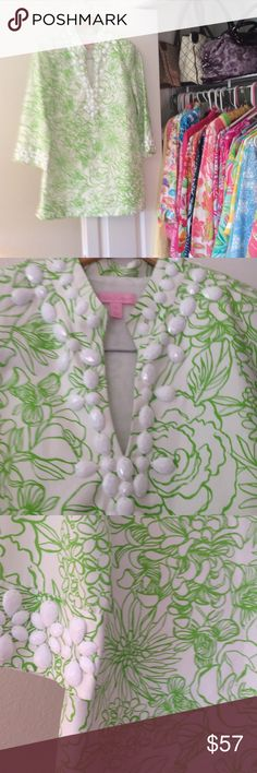 """Lilly Pulitzer tunic Gorgeous EUC Size 6 Lilly Pulitzer green and white floral tunic. Fully lined beautiful beading around sleeves and neck area. Under arm measurement is 18 1/2"""" and length from underarm to hem is 20"""". Slits on sides. Zips up on side. 70% cotton 30% silk lining 100% cotton Lilly Pulitzer Tops Tunics"""