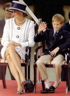 Pin for Later: Comment Harry S'est Transformé de Petit Garçon à Véritable Prince  En 1995, Harry a enlevé ses chaussures lors d'un évènement en compagnie de sa mère, la princesse Diana.