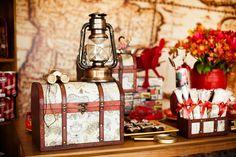 Decoração de mesa com itens decorativos de viagem para festa infantil de um ano - Abraão 01 ano