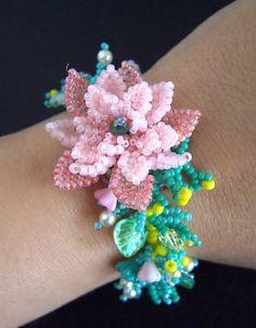 Pink Beaded Flower Bracelet VIRR par VIRR sur Etsy
