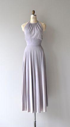 Jahrgang 1970er Jahre lila Polyester Maxi-Kleid mit Nackenträger, Bindungen hinter dem Hals, breite Taille Akkordeon Plissee Rock und Rücken Reißverschluss.  ---M E A S O R E M E N T S---  passt wie: kleine Büste: 34-36 Taille: 27,5 Hüfte: frei Länge: 57 von vorne der Kragen Marke/Hersteller: Sears Zustand: ausgezeichnet  ✩ Layaway ist für dieses Produkt verfügbar  Um eine gute Passform zu gewährleisten, lesen Sie bitte den Sizing Guide: http://www.etsy.com/shop/DearGolden/policy  ✩ ✩ mehr…