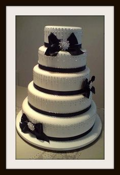 Wedding cake----- AmandaDrew, this goes beautifully w/ ur black and white wedding