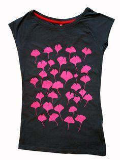 Graues fair-trade- & Bio-Frauenshirt mit einem Muster aus echten Ginkoblättern. Die Blätter stammen von dem Ginkobaum, der auf meinem Balkon wächs...