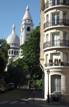 Stops away from Basilique du Sacre-Coeur