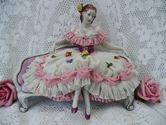 EXQUISITE RARE ANTIQUE VOLKSTEDT GERMAN DRESDEN LACE FIGURINE WITH ROSES