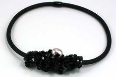 Flot og moderigtig halskæde i Blackstone chips og gummi. Varer fra www.cyberimport.dk