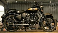 EIMOR Customs has once again proved that elegance needs no loud shades to make your motorcycle look unique. The Royal Enfield Classic Goldy is one Classic 350 Royal Enfield, Enfield Classic, Tank Design, Bike Design, Royal Enfield Stickers, Enfield Electra, Himalayan Royal Enfield, Royal Enfield Wallpapers, Bullet Bike Royal Enfield