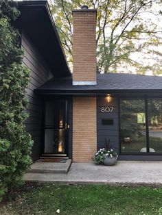 No shortage of exterior inspiration from the 807 house – swipe to see the transformation featuring our Thurman semi-flush. Design and photo… Black Exterior, Modern Exterior, Exterior Design, Exterior Paint Colors, Exterior House Colors, Modern Ranch, Mid-century Modern, Modern Homes, Mid Century Exterior