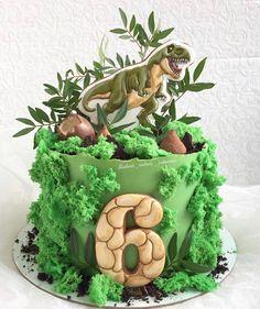 Dinosaur First Birthday, Dinosaur Birthday Cakes, Dinosaur Cake, Dinosaur Party, Dino Cake, Jungle Theme Parties, Cake Decorating Designs, Outdoor Birthday, Happy Party