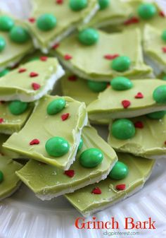 He may be a mean one, but these Grinch party ideas are sure to put a smile on even that old Grinch's face. If you are throwing a Christmas party this year.a Grinch party is the way to go! Christmas Bark, Christmas Snacks, Xmas Food, Christmas Cooking, Christmas Goodies, Holiday Treats, Holiday Recipes, Homemade Christmas Treats, Christmas Candy Crafts
