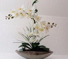 arranjo de flor artificial com orquídeas Orchid Flower Arrangements, Ikebana Arrangements, Orchid Plants, Flower Centerpieces, Flower Decorations, Table Flowers, Diy Flowers, Flower Pots, Christmas Candle Decorations