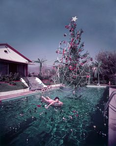 by Slim Aarons. Rita Aarons, wife of photographer Slim Aarons, on a lilo in a swimming pool decorated for Christmas, Hollywood, 1954 Christmas Style, Christmas In July, Retro Christmas, Christmas Photos, Family Christmas, Aussie Christmas, Tropical Christmas, Celebrating Christmas, Funny Christmas