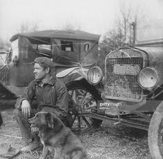 Homer Collins waits for news of his brother, trapped in Sand Cave in Cave City, Kentucky. The rescue effort eventually failed. Get premium, high resolution news photos at Getty Images Cave City Kentucky, Floyd Collins, Brother Pictures, Roaring 20s, Antique Cars, Real Life, Waiting, Caves, Effort