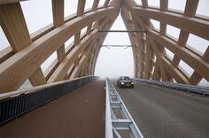 In Friesland staat een grote houten brug.  Echt prachtig deze houten brug in Friesland. De brug ligt over de A7 in de buurt van Sneek. Het ontwerp is een samenwerking geweest tussen Onix en Achterbosch architectuur. Bewonder hieronder het mooie resultaat.