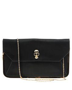 Snygg kuvertväska med dödskalle på locket. Löstagbar axelkedja. Väskan har en guldmetallram.