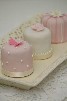 Minitörtchen creme rosa weiß Vintagestil.2 by suess-und-salzig, via Flickr