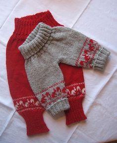 Bukser med egernmønster, der passer til den sweater, der også ligger på strikkeglad.dk. Str 1 måned - 1 år. Ribkanten kan foldes ud, når barnet vokser. Pinde 4. Læs mere ...