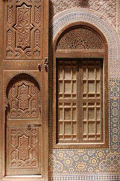 Porte et cadre de fenêtre en bois sculptélo