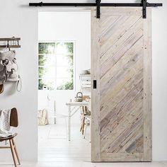 Een schuifdeur maken, doe je zelf, en is vooral praktisch in kleine ruimtes. Gebruik mooi doorleefd hout om de deur een extra stoere uitstraling te geven.