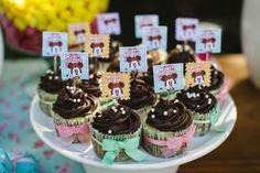 Detalhes da Festa de aniversário com tema Minnie Vintage. Toppers para cupcakes. Foto: Cris Rezende