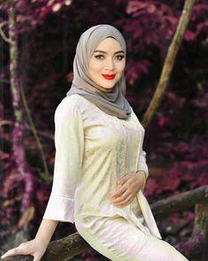 """wardinasafiah on Instagram: """"pohon sirih pohon selasih. tumbuh berimbun di hujung laman. kalungan budi junjungan kasih. menjadi kenangan sepanjang zaman."""" Beautiful Arab Women, Beautiful Hijab, Beautiful Asian Girls, Iranian Women Fashion, Muslim Fashion, Girl Hijab, Hijab Outfit, Golden Dress, Hijab Fashionista"""