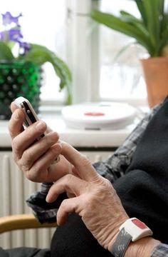 Hausnotruf Handsender ist vielseitig tragbar. Hier als Handsender. GenoVital