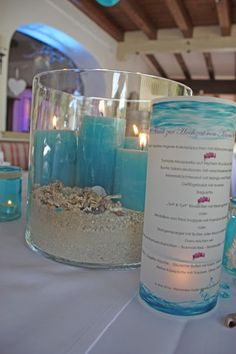 Tischdekoration zur Hochzeit in Türkis, Weiß, Beere mit Muscheln, Sand und türkisfarbenen Kerzen - Wedding center pieces table decor turquoise, pink, white, sea style