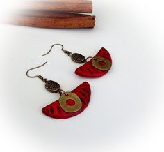 Boucles d'oreille, rouge, aspect vieilli, bronze, demi-lune. : Boucles d'oreille par agape