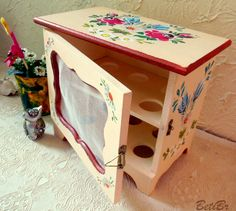 Porta ovos em MDF com pintura na técnica de Bauernmalerei Decoupage, Egg Holder, Altered Boxes, Wooden Boxes, Dollhouse Miniatures, Toy Chest, Projects To Try, Shabby Chic, Woodworking
