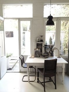 HOME & GARDEN: 40 inspirations pour aménager un coin bureau Decoration Piece, Study Rooms, Interior Decorating, Interior Design, Decorating Ideas, Home Office Decor, Home Decor, Elegant Homes, Beautiful Interiors