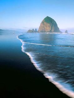 Cannon Beach Oregon Rising Monolith Enjoy A Day Of Picnicking With The Backdrop