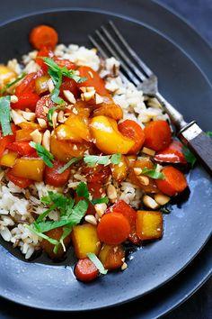 Teriyaki-Gemüse mit Reis und Erdnüssen. Dieses vegane 9-Zutaten Rezept ist einfach und SO lecker! - Kochkarussell.com