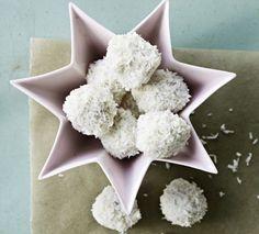 Skønne hjemmelavede snebolde med hvid chokolade - lyder det som noget for dig? Få opskriften på hjemmelavede snebolde her!