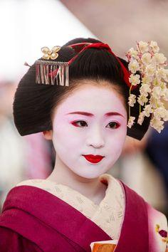 Maiko Ichimari, Kamishichiken (via 梅花祭! 其ノ弐 : THE PHOTO... Japanese Geisha, Japanese Beauty, Japanese Kimono, Japanese Art, Japanese Style, Japanese Trends, Kabuki Costume, Human Reference, Photo Diary