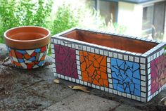 pots in mosaic - Simple and pleasing Mosaic Planters, Mosaic Vase, Mosaic Flower Pots, Mosaic Tiles, Mosaic Crafts, Mosaic Projects, Class Art Projects, Clay Pot Crafts, Diy Holiday Gifts