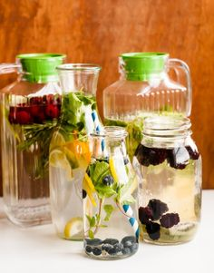 Three more ways to make infused water to drink this summer: cucumber-melon, berry-rosemary and mango-basil. Know more about the refreshing and delicious fruit infused water recipes and the health benefits. Refreshing Drinks, Yummy Drinks, Healthy Drinks, Healthy Recipes, Healthy Smoothie, Juice Smoothie, Fruit Smoothies, Smoothie Cleanse, Healthy Detox