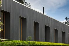 Image 37 of 42 from gallery of Mororó House / Studio - Marcio Kogan + Maria Cristina Motta. Photograph by Fernando Guerra Contemporary Architecture, Architecture Details, Brazil Houses, Studio Mk27, Modern Courtyard, Courtyard House, Steel Barns, Long House, Home Studio