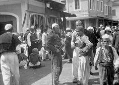 Shkodër, vitet 1920. Njerëzit duken fisnikë dhe dinjitozë, dyqanet të hijshëm.