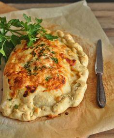 """Calzone to pizza podana w formie pieroga. Ciasto wypełnione pysznymi warzywami i pikantnym chorizo to doskonała propozycja na obiad, kolację lub sycącą przekąskę. Danie poleca Diana, autorka """"Mientablog""""."""