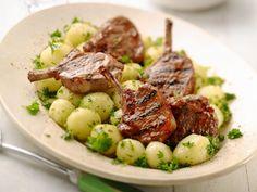 Gekaramelliseerde lamskoteletjes. Serveer met de aardappelen en de spinazie - Libelle Lekker!
