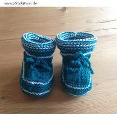 Strickanleitung für ein Paar süße Babyschuhe die schnell an einem Abend gestrickt werden können. Süßes Geschenk zur Geburt.
