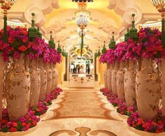 Talk about a statement entrance! This standout entryway at the @wynn.palace by floral master @jeffleatham is truly wow-worthy.
