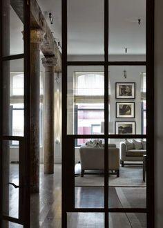 O que eu gosto deste loft meus amigos!!!! O que eu gosto! Existe um painel de ferro preto e vidro, que percorre toda a casa e lhe dáeste ...
