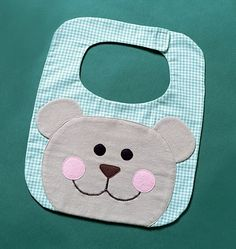 Fun And Easy Sewing Projects For Kids Sewing Projects For Kids, Sewing For Kids, Baby Sewing, Quilt Baby, Baby Bibs Patterns, Sewing Patterns, Club Couture, Baby Gifts To Make, Toddler Bibs