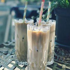 Jeg er tosset med iskaffe, synes det er den bedste sommer-cooler, især fordi jeg nemt og hurtigt kan lave en perfekt cremet og iskold version hjemme i mit eget køkken. Min absolutte favorit er nok iskaffe med kondenseret mælk, det kan næsten ikke blive nemmere og bedre – I kan finde den op.... Juice Smoothie, Smoothie Drinks, Smoothies, Frappe, Need Coffee, Coffee Time, Pillar Candles, Nutella, Desserts