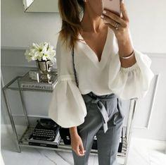 Белая рубашка уже давно стала базовой вещью в гардеробе каждой модницы. Она легко комбинируется со многими вещами, всегда выглядит стильно и элегантно. Каролина Херрера выпустила целую коллекцию, центром которой и стала белая рубашка и возможные вариации на эту тему. В 2018 году белая рубашка не потеряет своей популярности, а только укрепит уже имеющиеся модные позиции. …