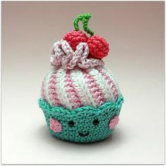 This is the crochet pattern for cupcakes with swirl-frosting. It contains the cake, frosting, cream puff, chocolate and some fruit. And of course some inspiration for more cupcakes. Crochet Cake, Crochet Wool, Crochet Quilt, Love Crochet, Diy Crochet, Amigurumi Patterns, Crochet Patterns, Amigurumi Toys, Crochet Gratis